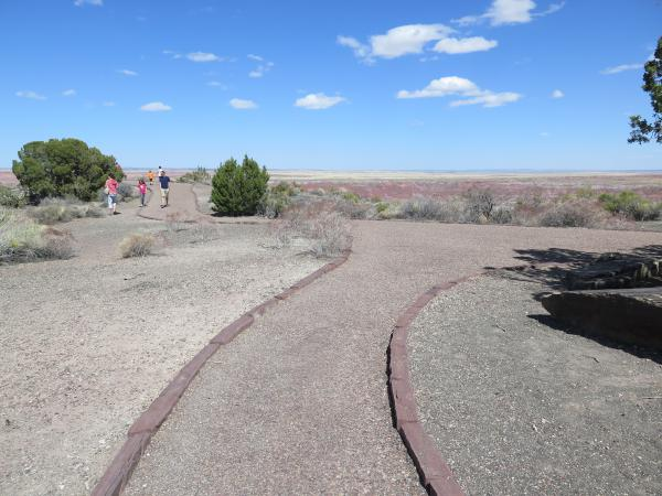 Path leading from the Painted Desert Inn to the view over the painted desert.