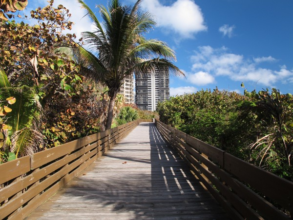Walkway to the side to the other beach entrance.